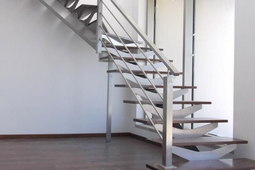 Escada c/ estrutura metálica