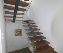 Escada c/ Estrutura Metálica e Proteção de Vidro